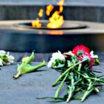 Blumen an der ewigen Flamme am Genozid-Denkmal in Yerevan