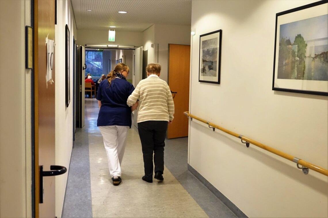 Nicole begleitet Frau Hinz, um ihr bei der Suche nach dem roten Pullover zu helfen. (Alle Bilder © f1rstlife / Marion Sendker