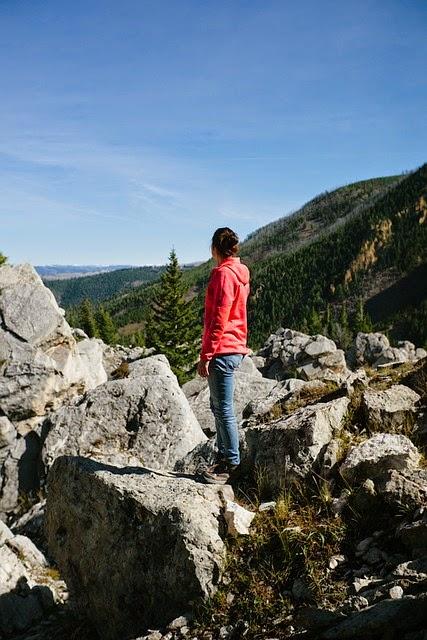 mujer-montaña-mirando-horizonte