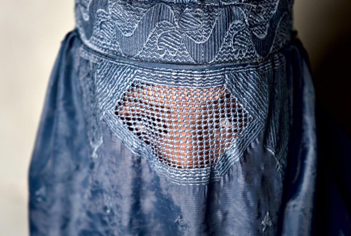 Die Burka ist eine Art der muslimischen Vollverschleierung und soll durch das neue Gesetz in vielen öffentlichen Bereichen verboten werden. © flickr / World Bank Photo Collection