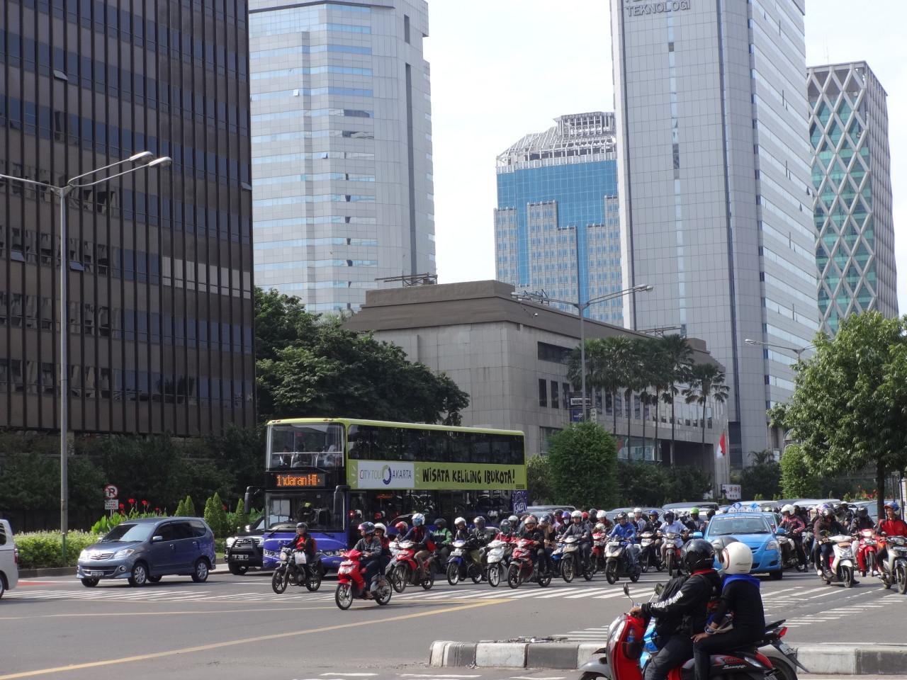 Hier sieht Jakartas Verkehr noch regelrecht geordnet aus - alle Fahrzeuge fahren gerade an einer roten Ampel an. @f1rstlife/ Elisa Miebach