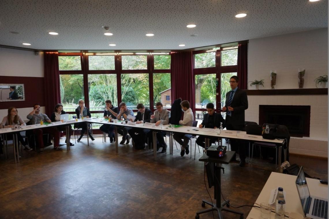 Chefredakteur Timo Gadde eröffnet die Veranstaltung. Dieses Jahr fand sie im Arbeitnehmer-Zentrum Königswinter statt. © alle Fotos: f1rstlife / Lars Schäfers