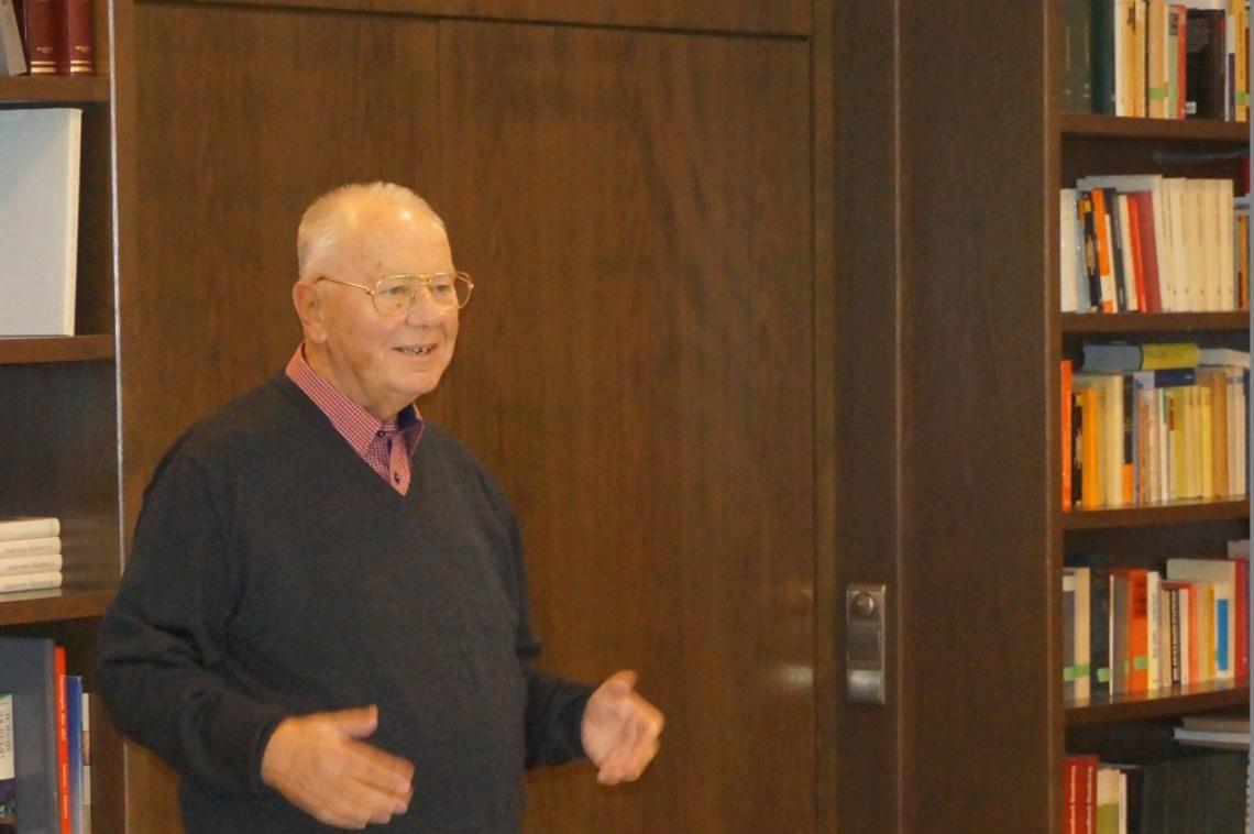Horst Schröder übergibt Grußworte des Instituts. Das Institut für Gesellschaftswissenschaften Walberberg e.V. ermöglicht es, die Veranstaltung hochwertig zu gestalten.