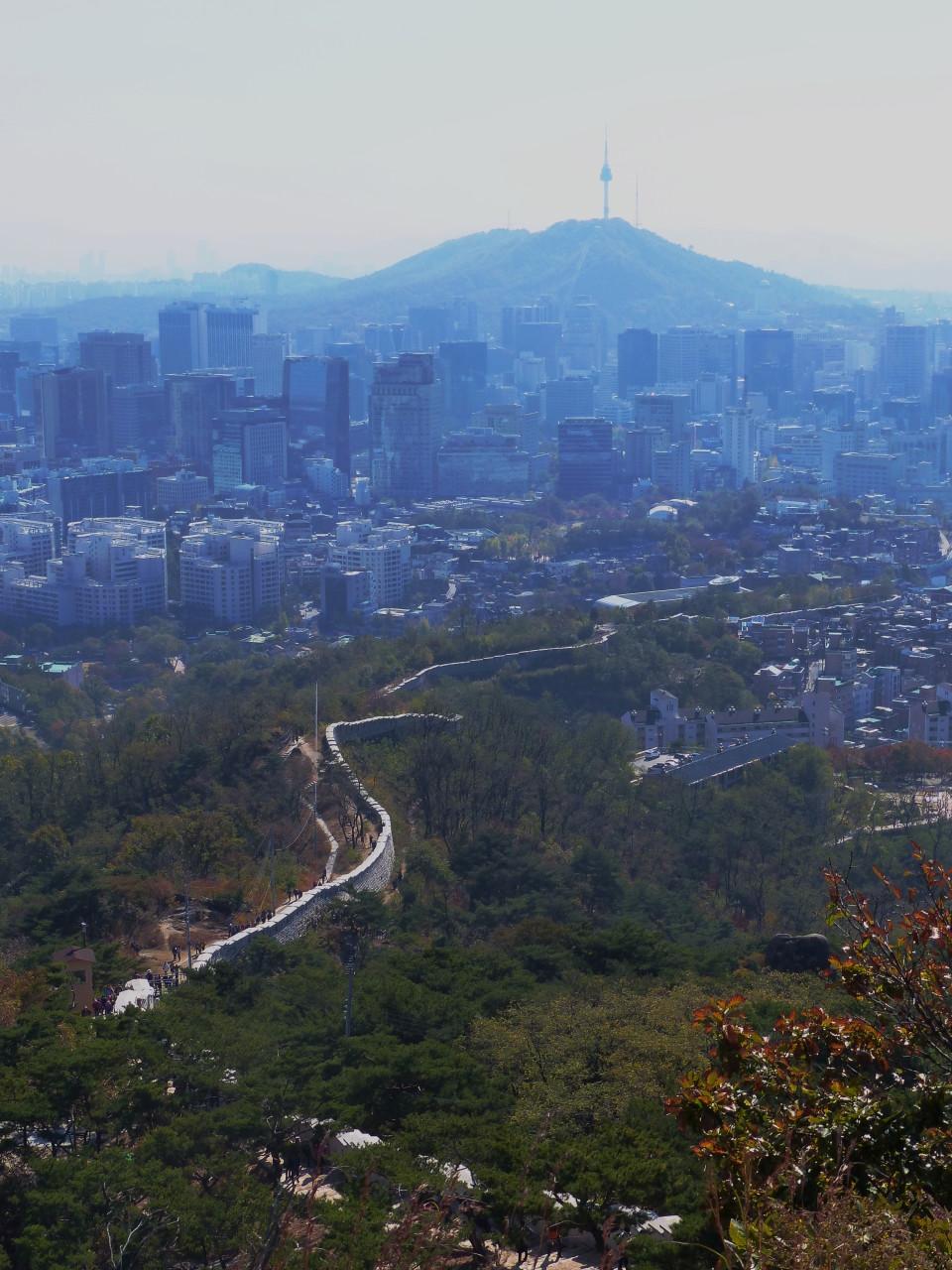 Blick auf die Stadtmauer Seouls und den N Seoul Tower auf Mount Namsan (alle Bilder © f1rstlife / Magdalena Wahl)