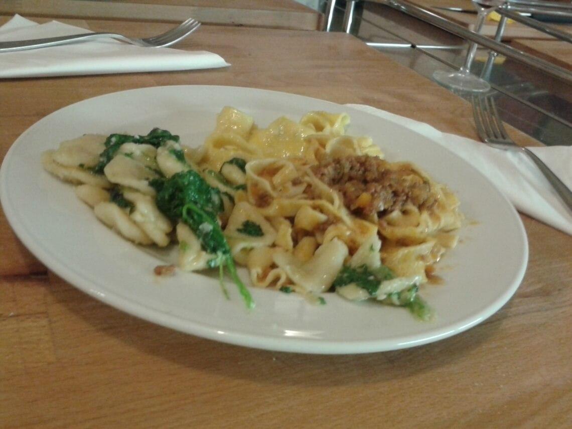 Tagliatelle al ragù, Orechiette con spinaci e Tortelloni. Drei Pastagerichte auf einem Teller. Mehr über die Zubereitung erfahrt ihr im nächsten Abschnitt.