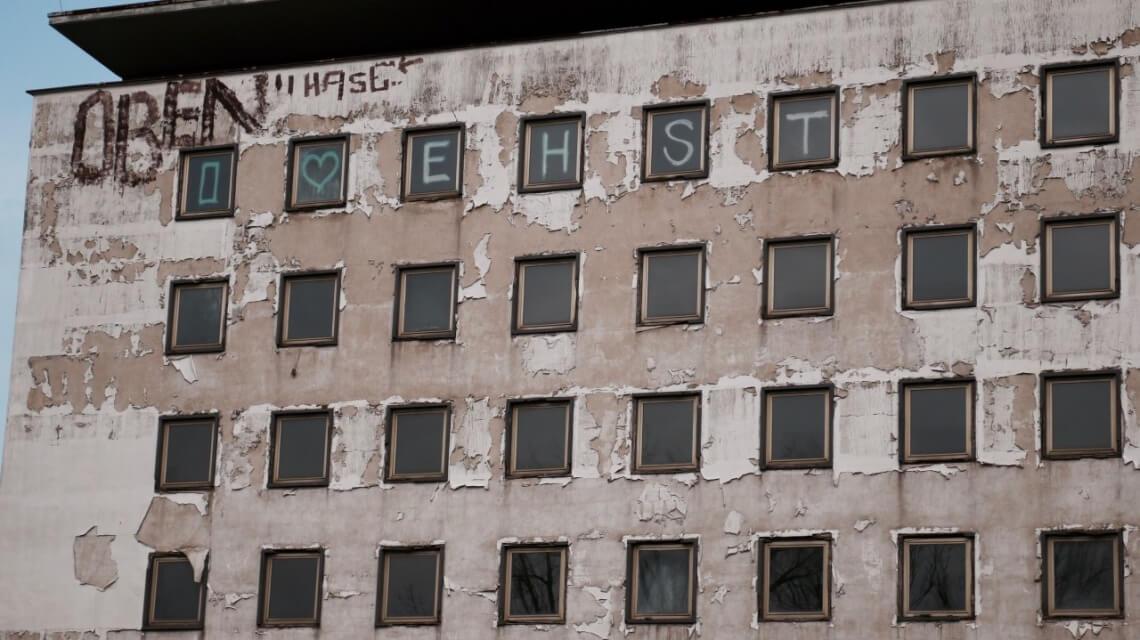 Heimatverbundenheit in den Fenstern des City Hotel Lunik am Zentralen Platz