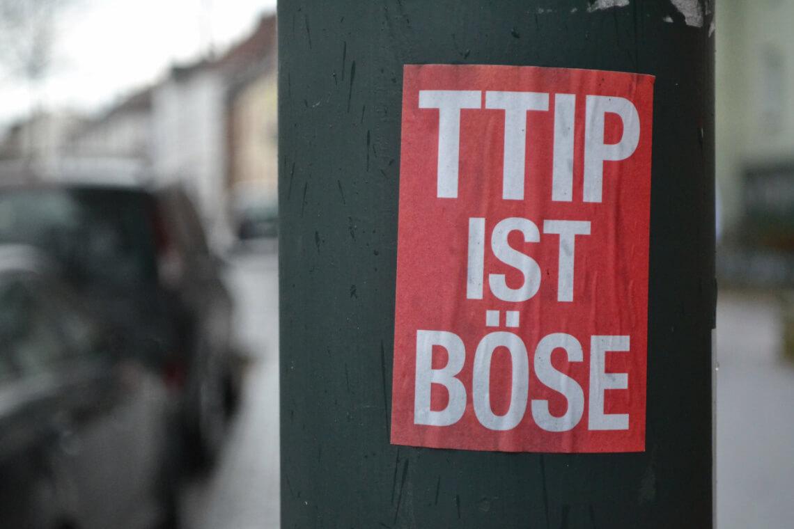 Klare Meinung contra TTIP & Co.: Diese Sticker sind längst keine Seltenheit mehr im Stadtbild