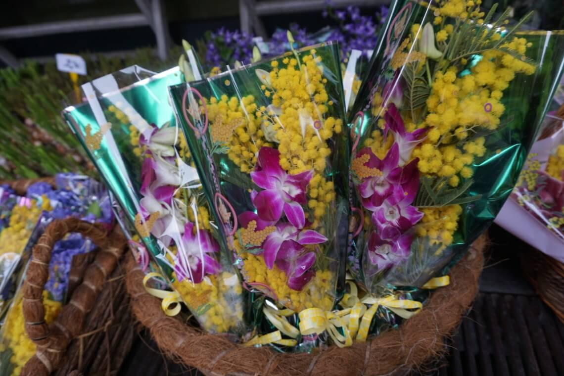 Mimosensträuße zum Verkauf vor einem Blumenladen