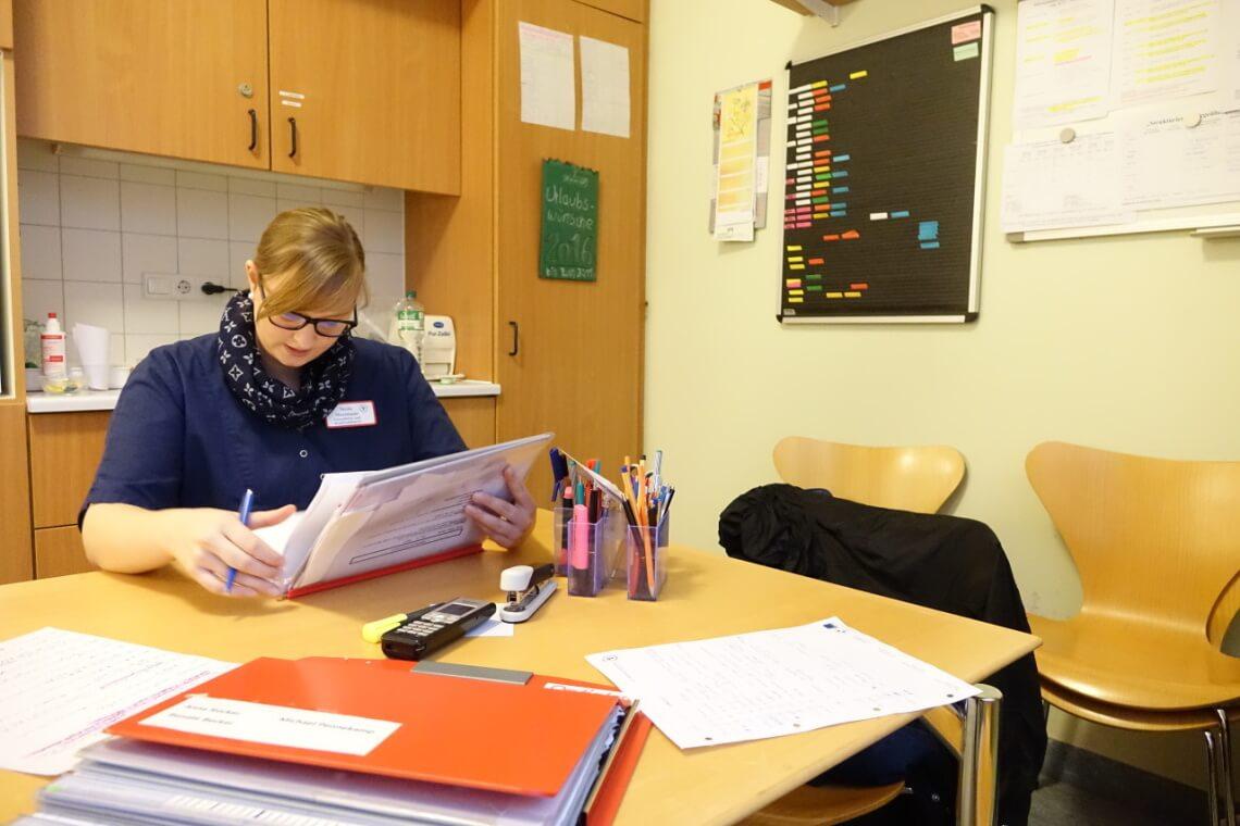 Viel Schreibkram: Oft nimmt Nicole sich Arbeit mit nach Hause, um nach dem Dienst noch die Lebensgeschichte oder den Therapieverlauf ihrer Patienten detailgetreu aufzuschreiben. Das ist wichtig, damit die Behandlung individuell und gerecht geplant werden kann.