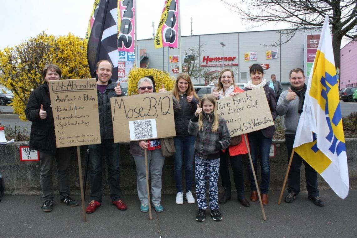 Die Schönstattjugend Fulda bei der Demonstration am verkaufsoffenen Sonntag Foto: Hartmann