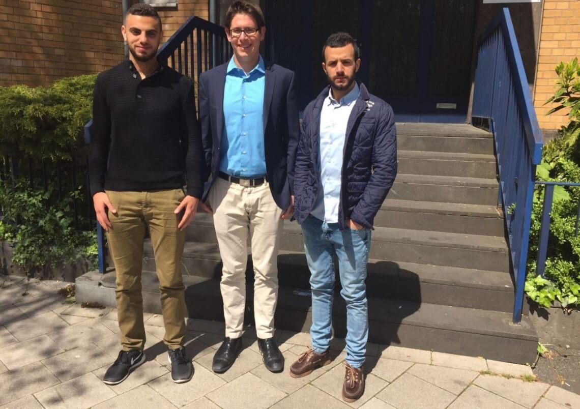 Die beiden Übersetzer Omayr Yassin (links) und Tarek Yassin (rechts), gemeinsam mit f1rstlife-Chefredakteur Timo Gadde. © f1rstlife / Timo Gadde