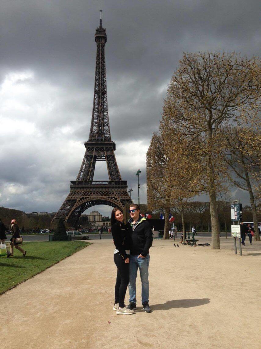 Leila und Dominik vor dem Eiffelturm in Paris.