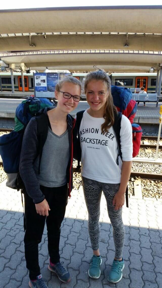 Judith (links) und Lisa am Bahnhof. ©Judith Gilles