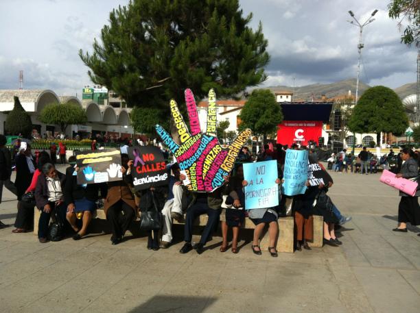 Eine kleine Demonstration gegen Gewalt gegen Frauen, in Huancayo © f1rstlife / Lioba Martin